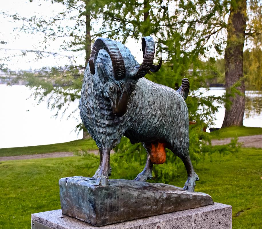 Статуя барана в парке возле крепости Олавинлинна в Савонлинне