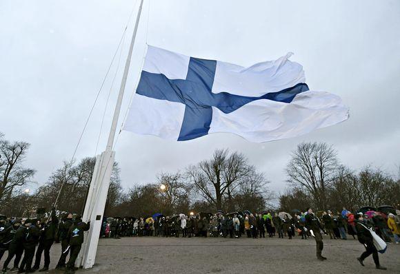 Празднование Дня независимости началось с поднятия государственного флага на холме Тяхтиторнинмяки